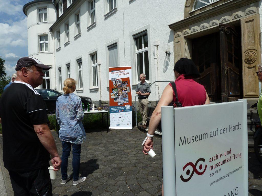 Begrüßung der Radgruppe vor dem Museum auf der Hardt. Foto: Museum
