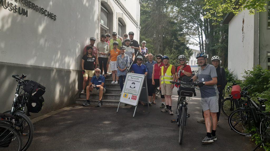 Die Radgruppe vor dem Start am Niederbergischen Museum. Foto: Museum